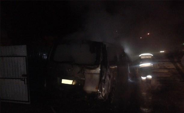 Ночью в Новомосковске сгорел микроавтобус