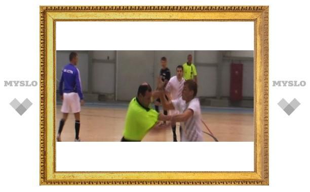 Тульские футболисты подрались с судьей