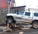 В Пролетарском районе джип повис на столбе