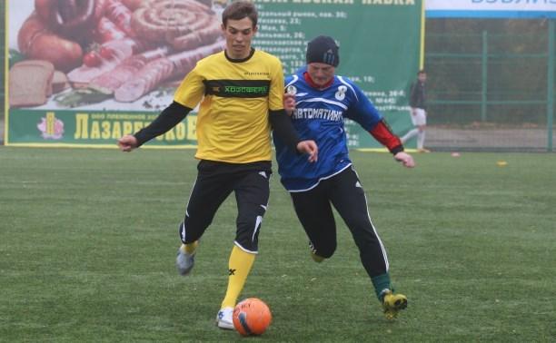 Команды по мини-футболу борются за выход в 1/8 чемпионата «Слободы»