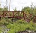 В березовой роще в Пролетарском районе установили новый пешеходный мостик
