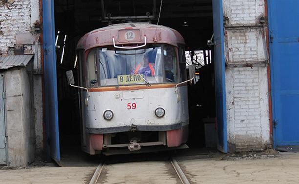 В Заречье 15-летняя девушка угодила под машину, садясь в трамвай
