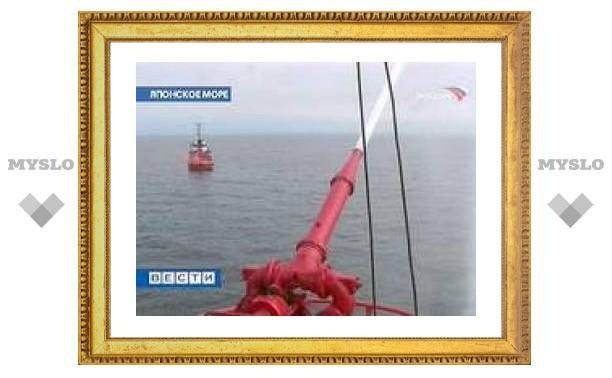 В порту Владивостока началось тушение российского теплохода