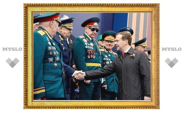 Медведев втрое повысил оклады военным