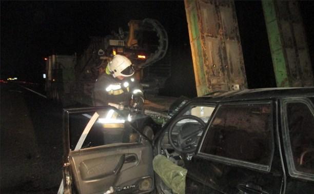 21-летний водитель «ВАЗ-2115» разбился насмерть, врезавшись в припаркованную фуру