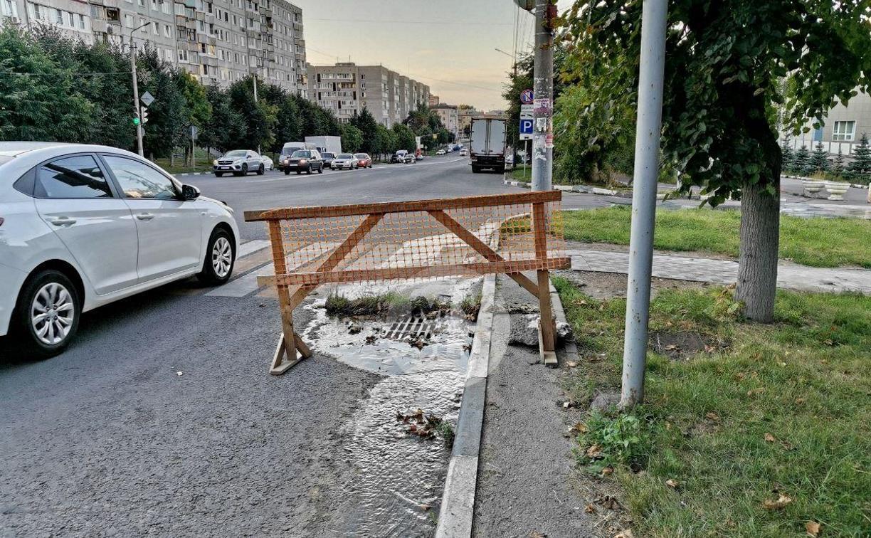 Провал дороги в Туле: канализация течёт из асфальта двумя улицами ниже