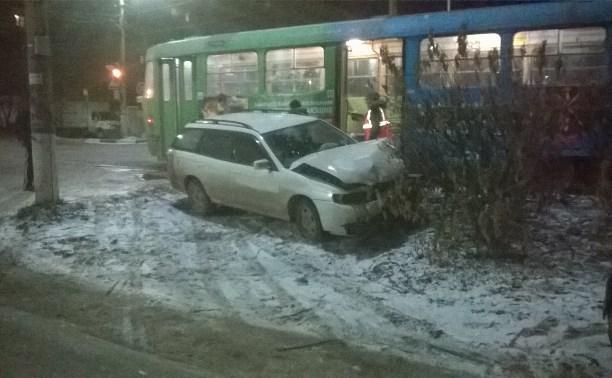 На улице Кирова в Туле «Ниссан» врезался в трамвай