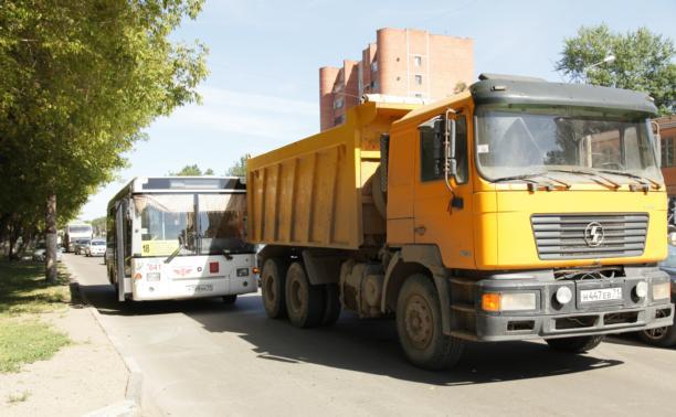 В Пролетарском районе пассажирский автобус столкнулся с самосвалом