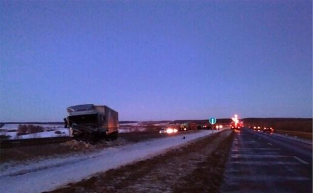 На М2 в столкновении грузовиков и трактора погиб один человек