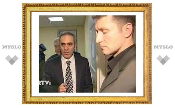 Каспаров пришел на допрос в московское управление ФСБ с двумя адвокатами