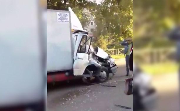 В Новомосковске возле автовокзала столкнулись «Газель» и ПАЗик