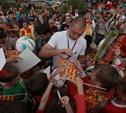 Толпа фанатов встретила «Арсенал» у памятника Л.Н.Толстому