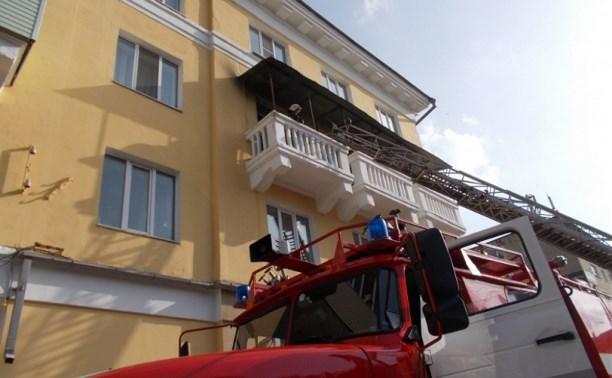 В Ефремове спасатели вынесли человека из горящей квартиры
