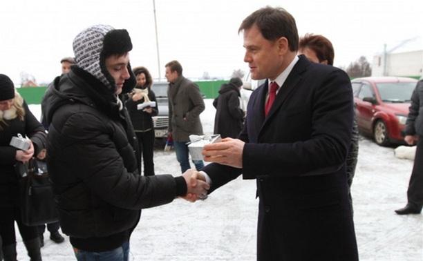 Владимир Груздев вручил ключи от квартир детям-сиротам