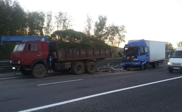 Водитель автомобиля Foton разбился насмерть, врезавшись в припаркованный КамАЗ
