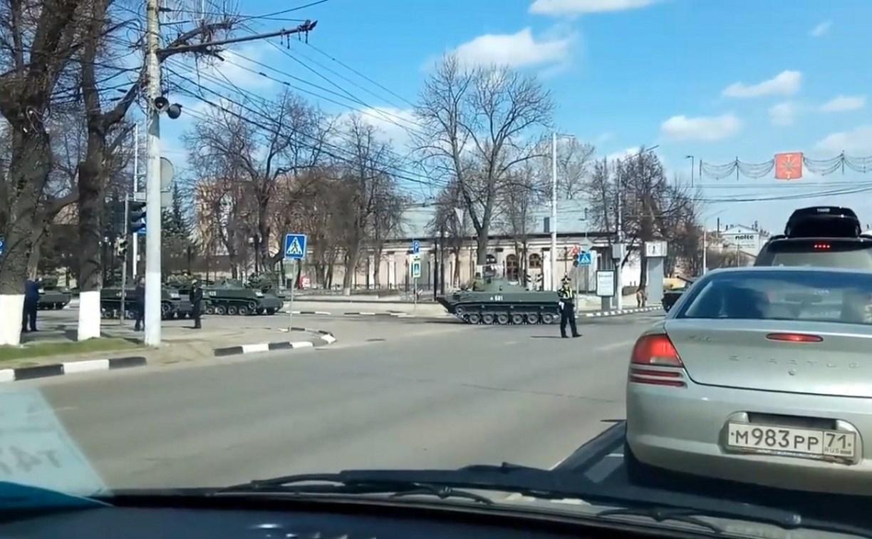 Туляки сняли на видео движение колонны военной техники по пр. Ленина