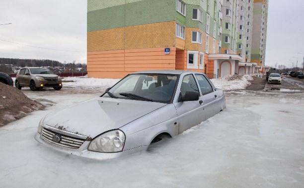 В Туле погребенная во льду машина продолжает уходить «на глубину»