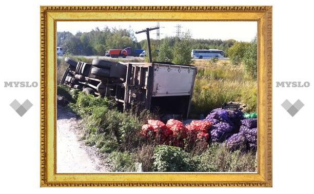 На выезде из Тулы перевернулась фура с овощами