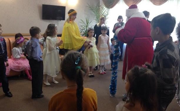 Для детей украинских переселенцев организовали новогоднюю развлекательную программу