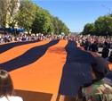 На проспекте Ленина развернули огромную георгиевскую ленточку