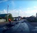 Видео: на улице Ликбеза в Туле рабочие укладывают асфальт в воду
