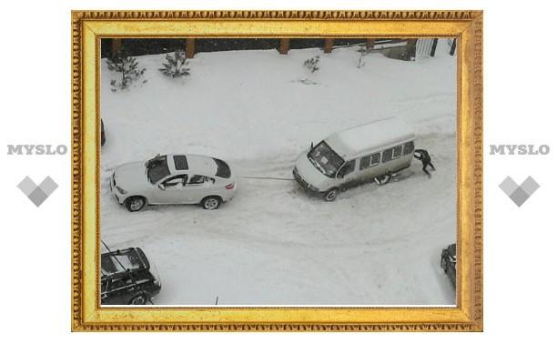Водитель BMW X6 спас маршрутку из снежного плена