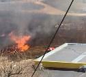 Очевидцы: Огонь от горящей на ул. Ложевой травы подбирается к автозаправке