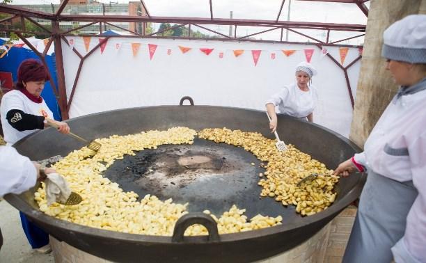 Огромную печь, на которой пожарили полтонны картошки, оставят на набережной Упы