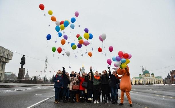 Тульские студенты запустили в небо разноцветные шары