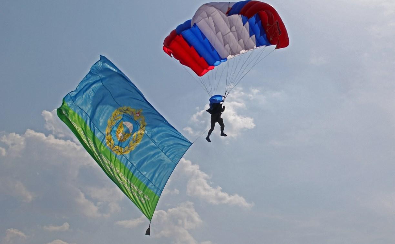 День Тульской дивизии ВДВ: на площади Ленина приземлились парашютисты