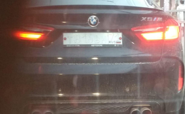 Водитель снова разъезжает по Туле на BMW с нечитаемыми номерами