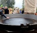 Тамбовчане пожарили 150 кг картошки в гигантской тульской сковороде