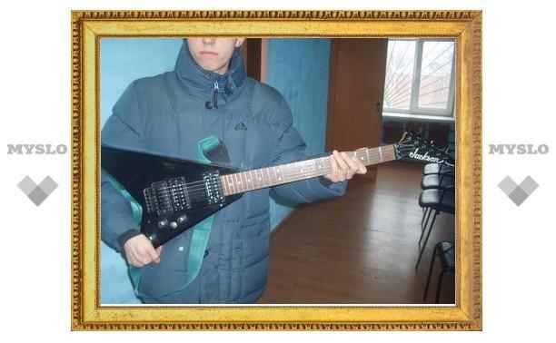 В Туле любитель музыки расплатился за электрогитару купюрами «Банка приколов»