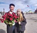 В центре Тулы команда телешоу «Холостяк» дарила девушкам красные розы