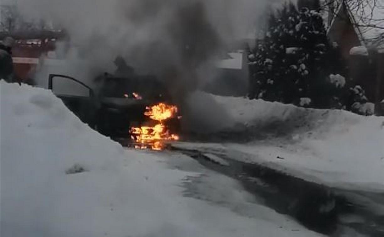 В Донском прямо на дороге загорелся автомобиль
