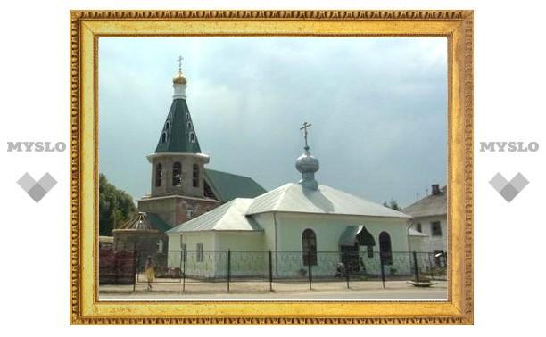В Донском на колокольню водрузили купол с крестом