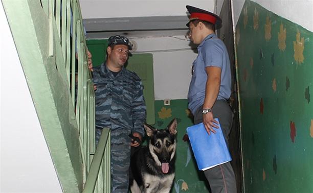 Следователи осматривают квартиру, где было совершено убийство