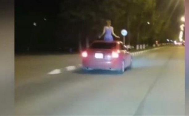 «Сам едет, а из люка девушка торчит!»: опасная езда в Новомосковске попала на видео