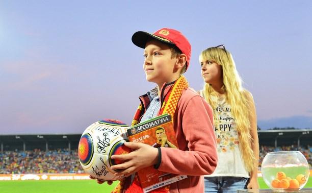 В перерыве матча «Арсенал» – «Волгарь» разыграли мячи с автографами канониров