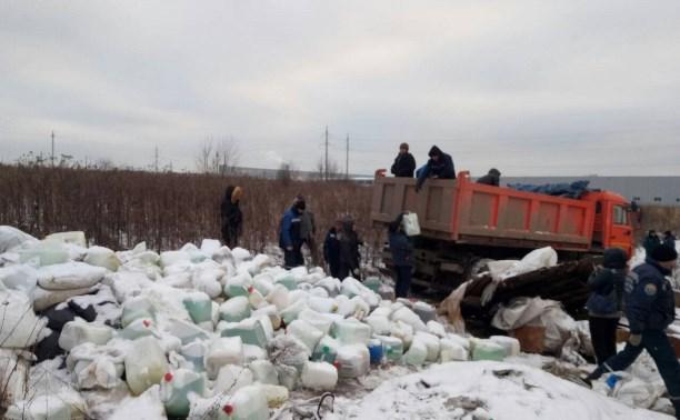 В Туле с незаконной свалки вывезли около 300 канистр химикатов