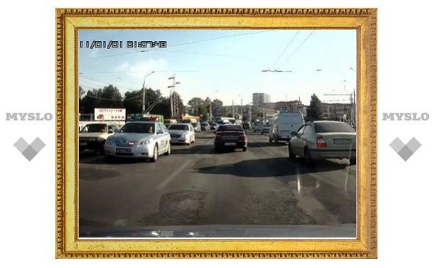 """""""Лексус"""" с номерами Е001КХ объезжает пробку на Зареченском мосту по встречке"""