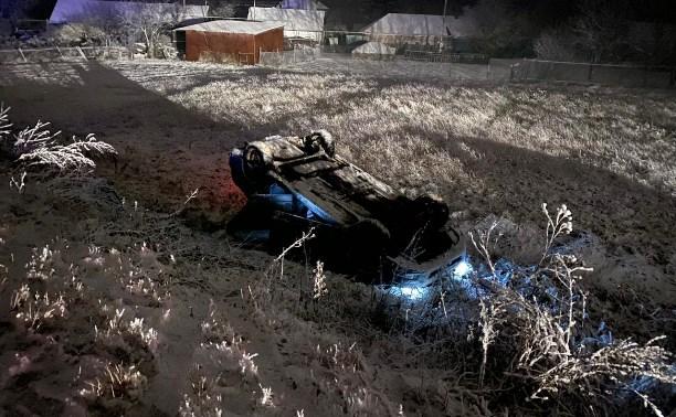 На трассе в Тульской области «Лада Приора» вылетела в кювет и опрокинулась на крышу