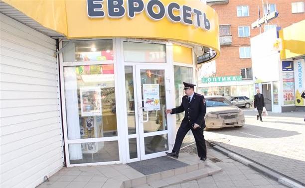 """Грабитель вынес из салона """"Евросети"""" все деньги"""