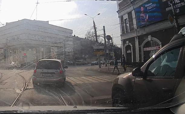 «Накажи автохама»: в центре Тулы водитель «Лады» дважды нарушил ПДД
