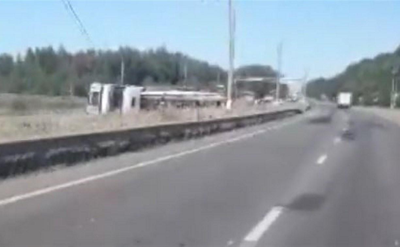 В Тульской области опрокинувшаяся фура перегородила дорогу: видео
