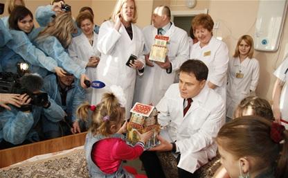 Губернатор стал Дедом Морозом для пациентов детской больницы