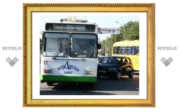 Проспект Ленина встал в пробке из-за аварии