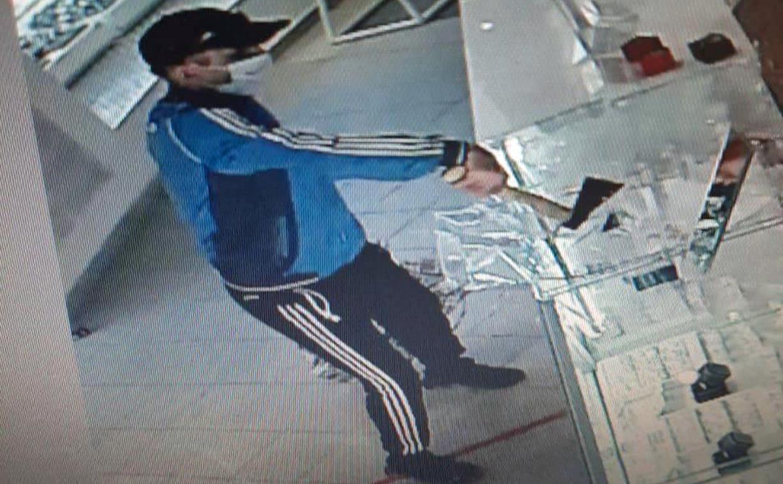Ограбление ювелирного магазина с топором: преступника задержали с кольцами на руке