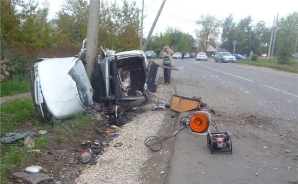 Водитель «двенашки» остался в живых после того, как снёс столб в Новомосковске