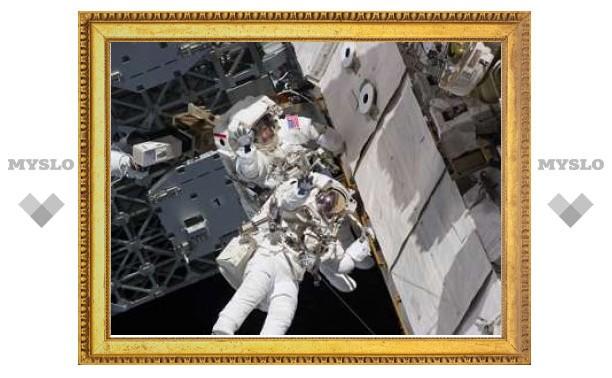 Астронавты устранили утечку в скафандре
